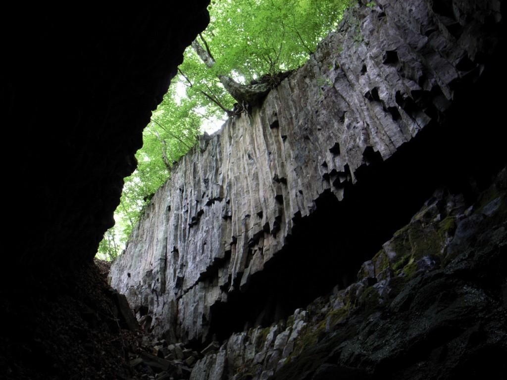 天井にぽっかりと穴が開いているところがあるのが、「ジョウ穴」の名前の由来?