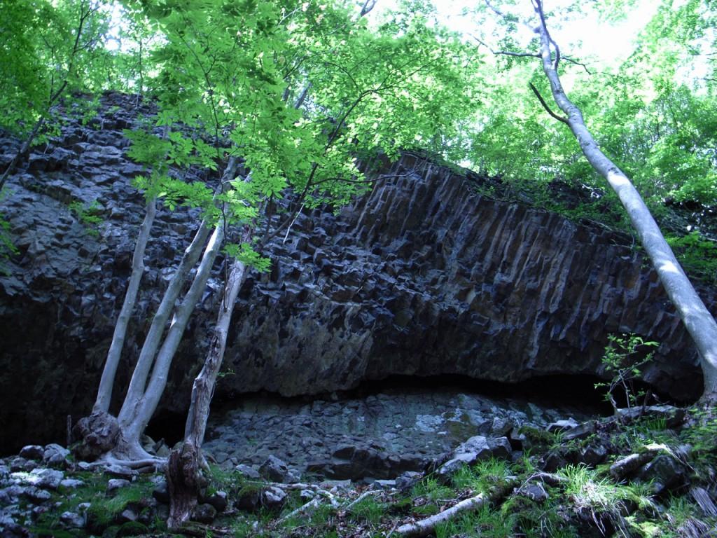 柱状の石が横方向に出ているのは珍しいそうです