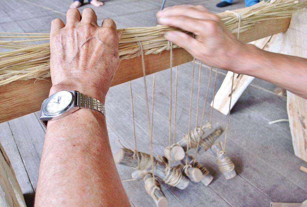 デッチにまかれた紐で交互に編んでいきます