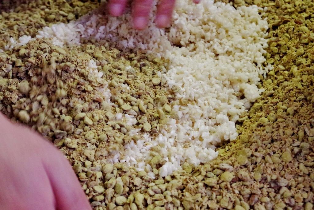 3種類の麹を混ぜる作業