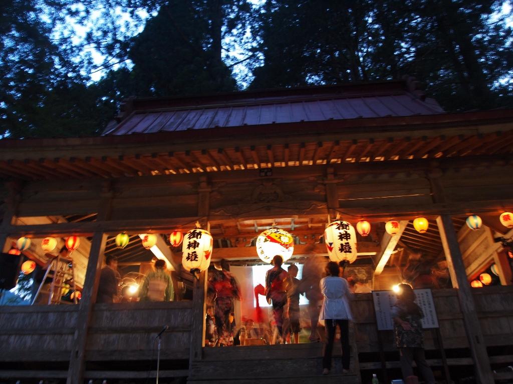 【昨年の様子】神社の拝殿で踊る、寒水踊り