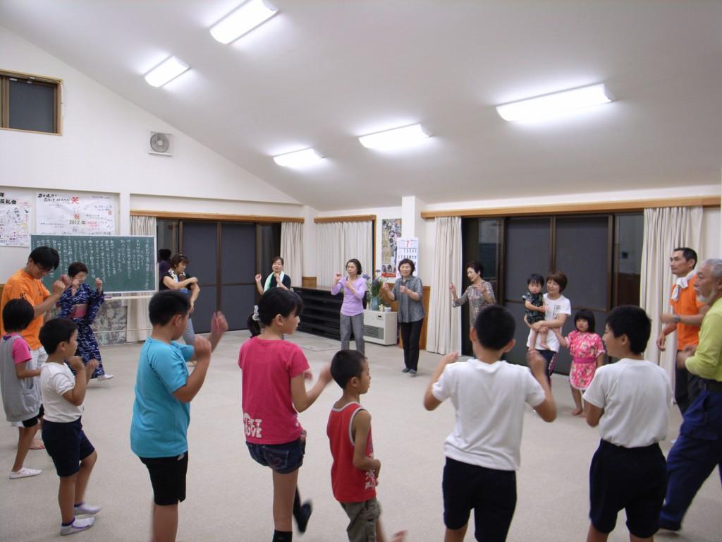 地元・明宝寒水での踊り練習会には、小学生から大人まで様々な人が集まります!