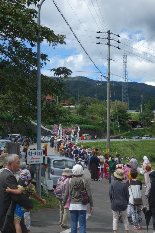 白山神社へ向かう列