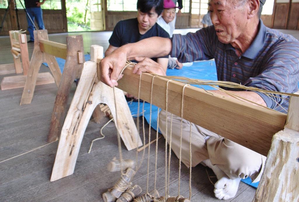 コモを作る道具「タタラ」と「デッチ」