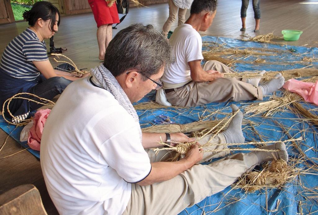 細縄に、もくもくとワラを編んでいきます