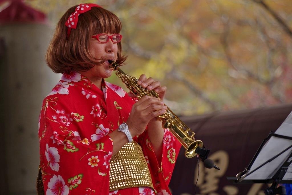高原の紅葉の中、Jazz演奏