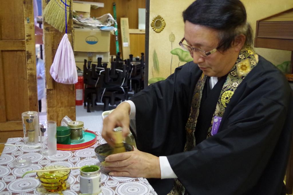 お抹茶は、お寺の住職さんがその場で点ててくださいます