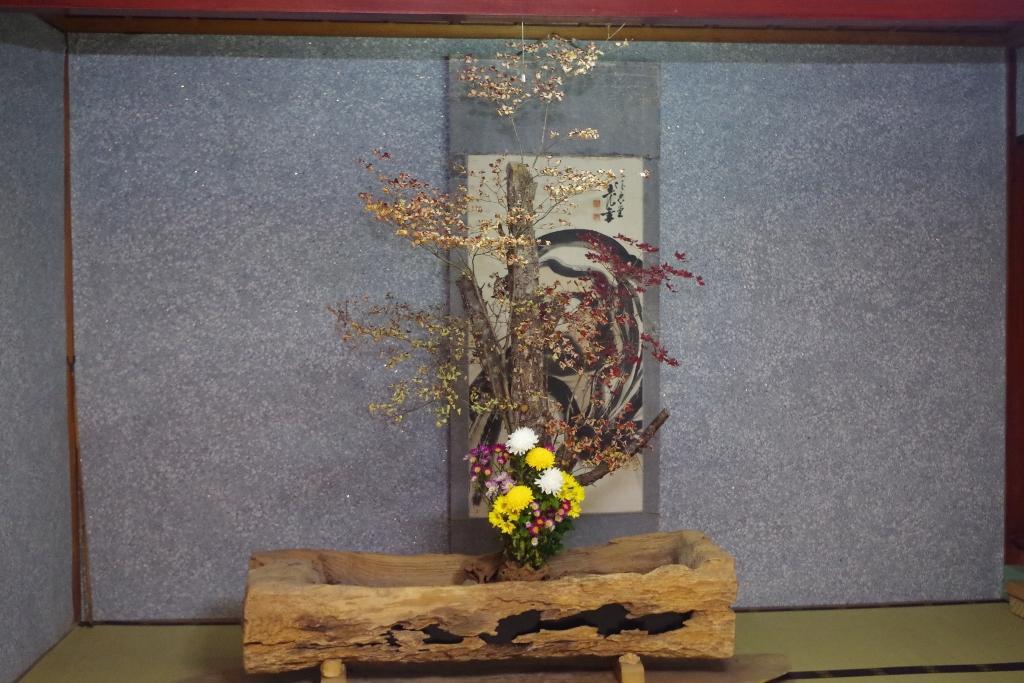 庫裏には、古い水船に花が生けられていました