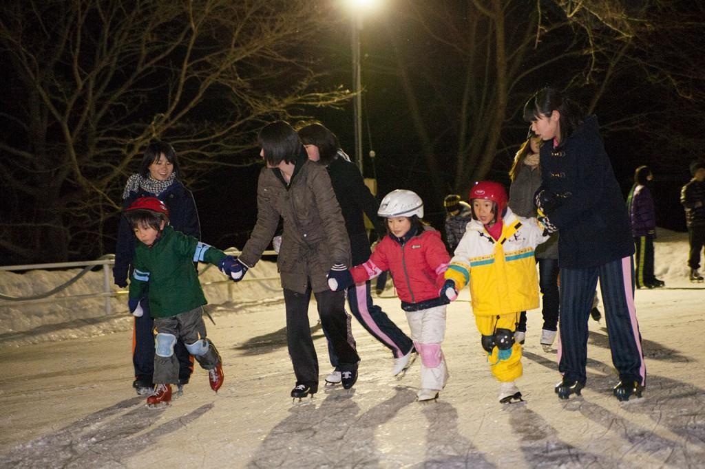 参加者のお子さんは、地元のお姉さんにスケートを教えてもらえました