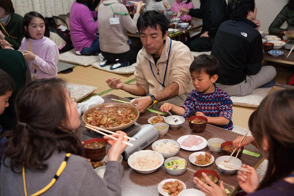 鶏ちゃんにシシ汁という、小川の食卓を体験!